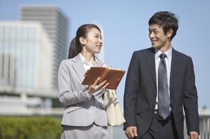 手帳を持つビジネスウーマンとビジネスマンの写真素材 [FYI02414875]