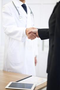 握手をする医者とビジネスウーマンの写真素材 [FYI02414950]