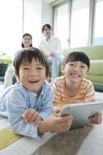 タブレットPCで遊ぶ子供たちの写真素材 [FYI02415285]