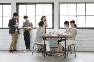 打合せをするビジネス男女6人の写真素材 [FYI02415537]