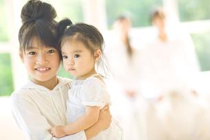 赤ちゃんを抱っこする女の子の写真素材 [FYI02415589]