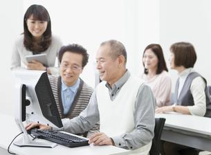パソコン教室を受講する中高年グループの写真素材 [FYI02415729]