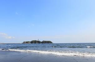 鵠沼海岸から望む江の島と青空の写真素材 [FYI02416864]
