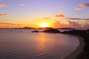 夕日を浴びる慶良間諸島 渡嘉敷島の海岸の写真素材 [FYI02417205]