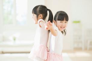 バレエの練習をする二人の女の子の写真素材 [FYI02418100]