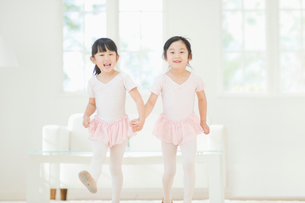 バレエの練習をする二人の女の子の写真素材 [FYI02418105]