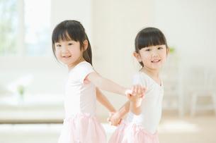 バレエの練習をする二人の女の子の写真素材 [FYI02418152]