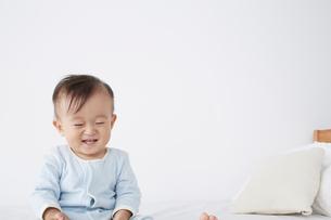 ベッドに座っている赤ちゃんの写真素材 [FYI02420954]