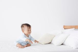 ベッドに座っている赤ちゃんの写真素材 [FYI02420962]