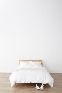 シンプルなベッドルームの写真素材 [FYI02420964]