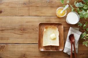 木の皿の上のトーストセットの写真素材 [FYI02420974]