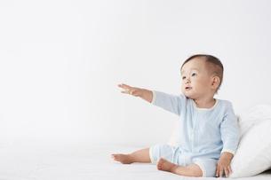 ベッドに座っている赤ちゃんの写真素材 [FYI02420988]