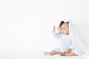 ベッドに座っている赤ちゃんの写真素材 [FYI02420990]
