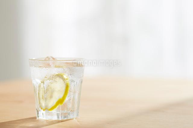水の入ったコップの写真素材 [FYI02420992]