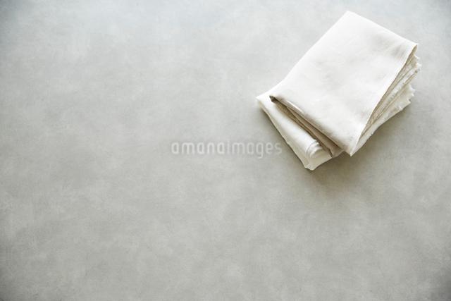 テーブルの上のリネンの写真素材 [FYI02421000]