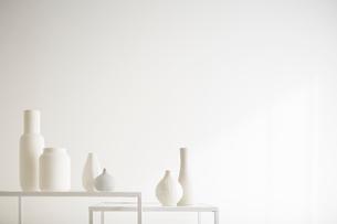 白壁と花瓶の写真素材 [FYI02421002]