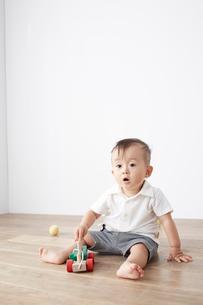 床の上で遊ぶ赤ちゃんの写真素材 [FYI02421003]