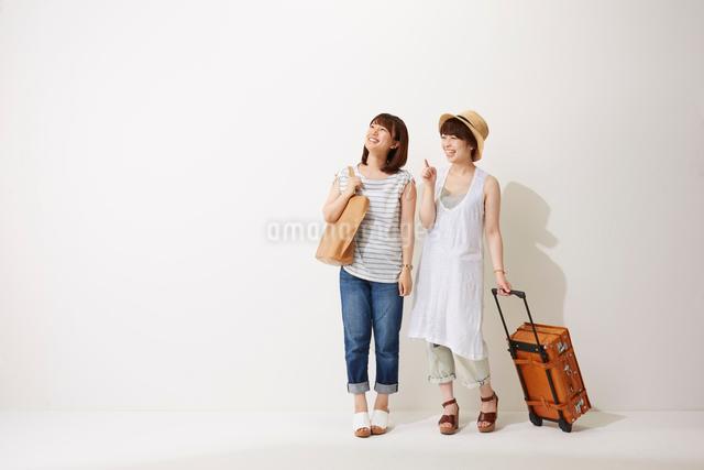 旅行に行く2人の女性の写真素材 [FYI02421004]
