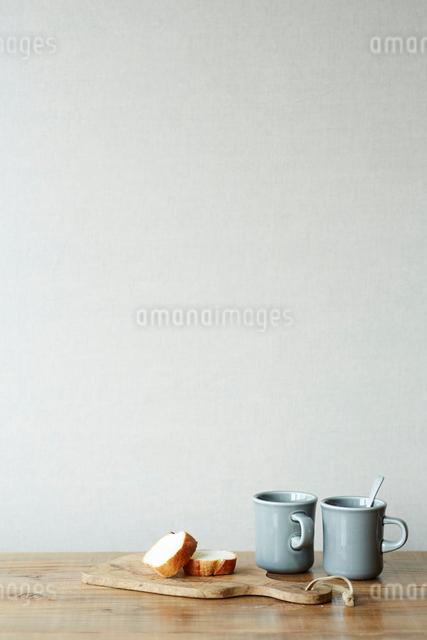パンとマグカップの写真素材 [FYI02421009]