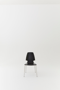 白背景に一脚の黒い椅子の写真素材 [FYI02421013]