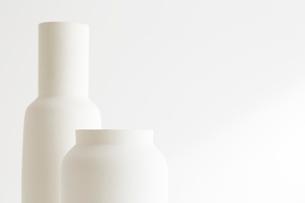 白壁と花瓶の写真素材 [FYI02421014]