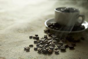カップに入ったコーヒー豆の写真素材 [FYI02421038]