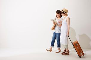 旅行に行く2人の女性の写真素材 [FYI02421049]