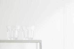 白壁とコップの写真素材 [FYI02421055]