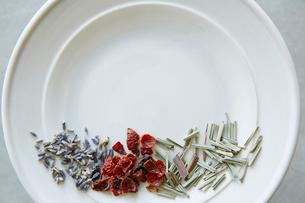 皿と3種類の茶葉の写真素材 [FYI02421060]