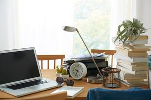 ダイニングテーブル上のパソコンと本の写真素材 [FYI02421062]