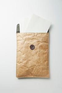 分厚い封筒に入った書類の写真素材 [FYI02421093]