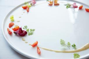 白いお皿に盛られた季節の前菜の写真素材 [FYI02421094]