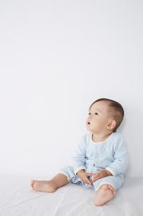 ベッドに座っている赤ちゃんの写真素材 [FYI02421108]