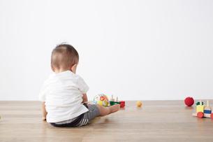 床の上で遊ぶ赤ちゃんの写真素材 [FYI02421109]