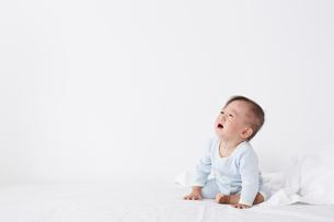 ベッドに座っている赤ちゃんの写真素材 [FYI02421114]