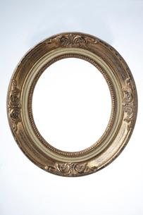 金の楕円額縁の縁のみの写真素材 [FYI02421116]