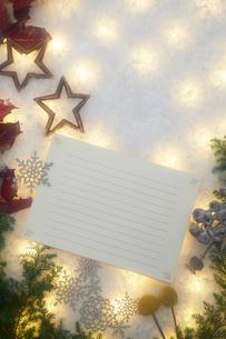 クリスマスデコレーションとカードの写真素材 [FYI02421151]