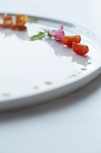 白いお皿に盛られた季節の前菜の写真素材 [FYI02421393]