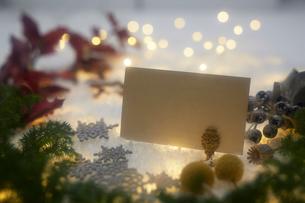 クリスマスデコレーションとカードの写真素材 [FYI02421408]