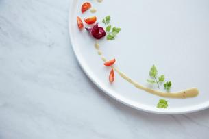 白いお皿に盛られた季節の前菜の写真素材 [FYI02421556]