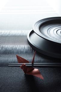 箸と和食器と赤い鶴の写真素材 [FYI02421677]