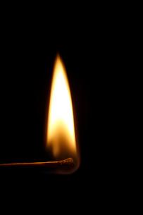 炎の付いたマッチの写真素材 [FYI02421715]