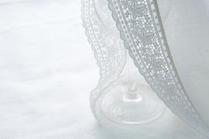 レースの付いた白い布の写真素材 [FYI02421803]