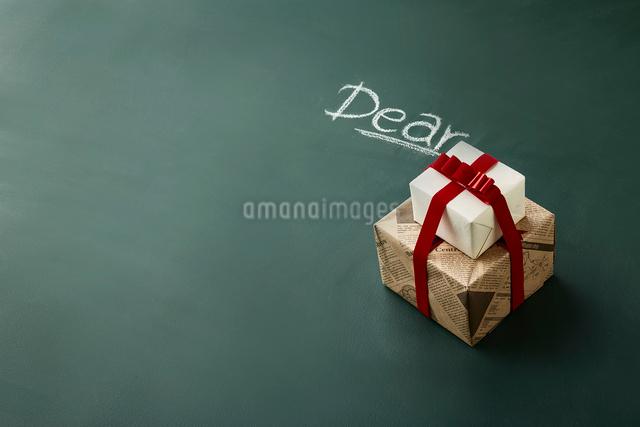 黒板に書かれた文字とプレゼントの写真素材 [FYI02422300]