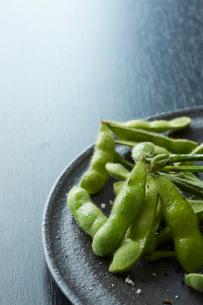 黒い皿に乗った枝豆の写真素材 [FYI02422333]