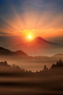 富士山と朝日の写真素材 [FYI02422336]