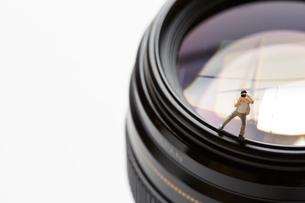 レンズの上に立つカメラマンの写真素材 [FYI02422413]