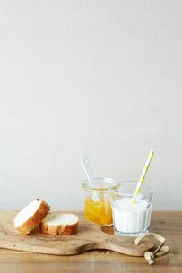 ジャムとパンとミルクの写真素材 [FYI02422415]