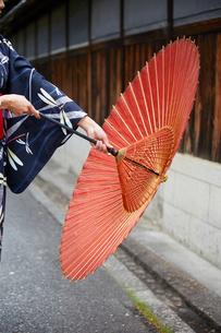 和傘を閉じようとする女性の写真素材 [FYI02422429]