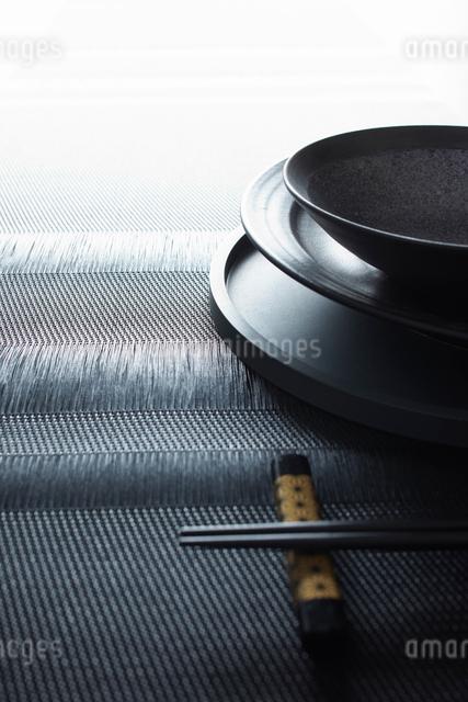 箸と箸置きとお盆と和食器の写真素材 [FYI02422431]